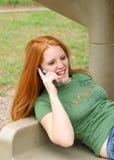 Junge Frau auf Mobiltelefon Stockfotos