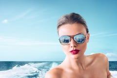 Junge Frau auf Motorboot Stockfotos