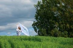 Junge Frau auf Natur. Lizenzfreies Stockfoto