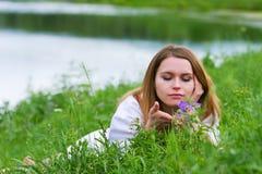 Junge Frau auf Natur. Stockfotografie
