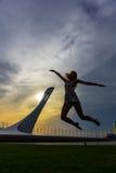 Junge Frau auf olympischem Sochi-Hintergrund Stockbild