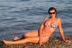 Junge Frau auf Pebble Beach Stockfotografie