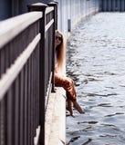 Junge Frau auf Pier Lizenzfreies Stockbild