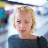 Junge Frau auf Plattform des Bahnhofs Lizenzfreie Stockfotografie
