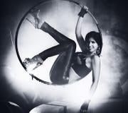 Junge Frau auf Ring stockfotos