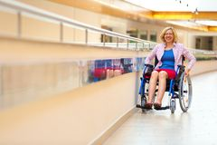 Junge Frau auf Rollstuhl in dem Gesundheitszentrum Lizenzfreie Stockbilder