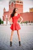 Junge Frau auf rotem Quadrat. Lizenzfreie Stockfotos