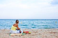 Junge Frau auf sandigem Strand Stockfoto