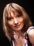 Junge Frau auf schwarzem Hintergrund Stockfotos