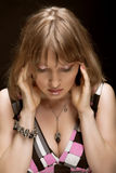 Junge Frau auf schwarzem Hintergrund Lizenzfreies Stockfoto