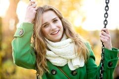 Junge Frau auf Schwingen stockfotos