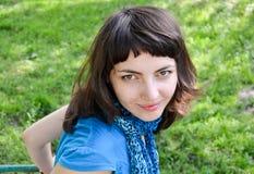 Junge Frau auf Schwingen Stockbild