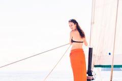 Junge Frau auf Segelboot Stockbild