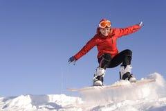 Junge Frau auf Snowboard Stockfoto