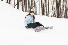 Junge Frau auf Snowboard stockbild