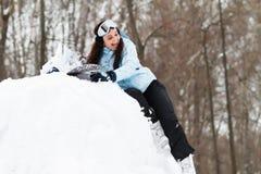 Junge Frau auf Snowboard stockfotos