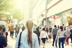 Junge Frau auf Straße von London Stockbild