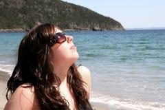 Junge Frau auf Strand Stockfotos