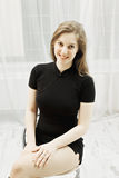 Junge Frau auf Stuhl lizenzfreies stockfoto
