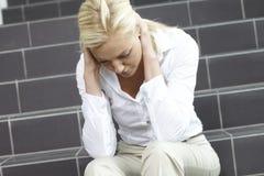 Junge Frau auf Treppenhaus Stockfotos