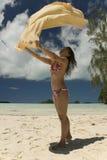 Junge Frau auf tropischem Strand Lizenzfreies Stockfoto