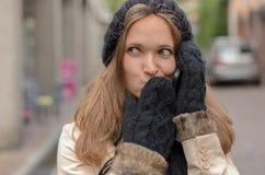 Junge Frau auf Winter-Mode um Telefon ersuchend Stockbilder