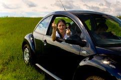 Junge Frau in Auto 1 stockfotos