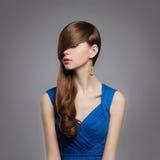 Junge Frau Beauitiful im blauen Kleid Lizenzfreie Stockfotos