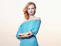 Junge Frau Beauitiful im blauen Kleid Lizenzfreies Stockfoto
