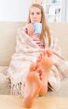 Junge Frau bedeckt mit Decke Lizenzfreies Stockfoto