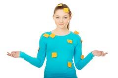 Junge Frau bedeckt mit Post-Itanmerkungen Stockbilder