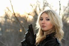 Junge Frau bei dem Sonnenuntergang Lizenzfreie Stockfotografie