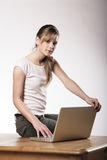 Junge Frau bei der Arbeit Lizenzfreies Stockbild