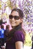 Junge Frau beim Glyzinielächeln lizenzfreies stockfoto