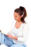 Junge Frau beim lesenYoung Frauenmesswert Lizenzfreie Stockbilder
