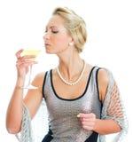 Junge Frau beim Partykleidtrinken. Lizenzfreie Stockfotos
