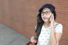 Junge Frau beim Telefonanruf, der Informationen erhält lizenzfreie stockfotos