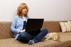 Junge Frau benutzt ein Notizbuch Stockfotos