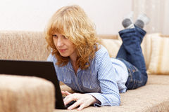Junge Frau benutzt einen Laptop Lizenzfreies Stockfoto