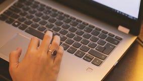 Junge Frau benutzt Laptop stock footage