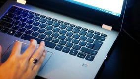 Junge Frau benutzt Laptop elektronisch zu den Lohnlisten stock video