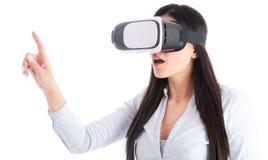 Junge Frau benutzt VR-Kopfhörer auf weißem Hintergrund Lizenzfreie Stockbilder