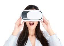 Junge Frau benutzt VR-Kopfhörer auf weißem Hintergrund Stockfotos