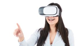 Junge Frau benutzt VR-Kopfhörer auf weißem Hintergrund Lizenzfreies Stockbild