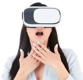 Junge Frau benutzt VR-Kopfhörer auf weißem Hintergrund Stockfotografie