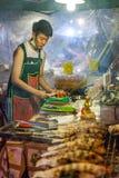 Junge Frau bereitet Meeresfrüchte für Verkauf zu Stockbild
