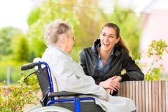 Frau, die ihre Großmutter besucht Lizenzfreie Stockbilder