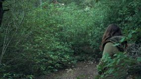 Junge Frau betrachtet die Natur um sie stock footage