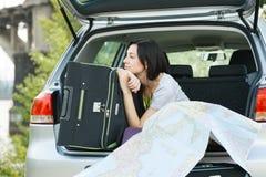 Junge Frau betriebsbereit zur Autoreise Stockbild