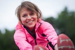 Junge Frau bevor dem Laufen Stockfotos